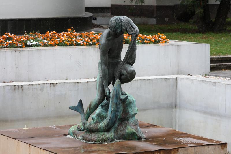 """знаменитый """"мальчик с рыбой"""" на ВДНХ"""